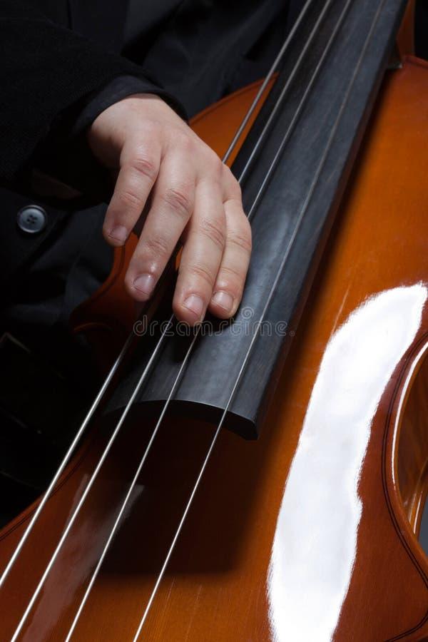 Mani che giocano contrabass eclettico fotografia stock libera da diritti