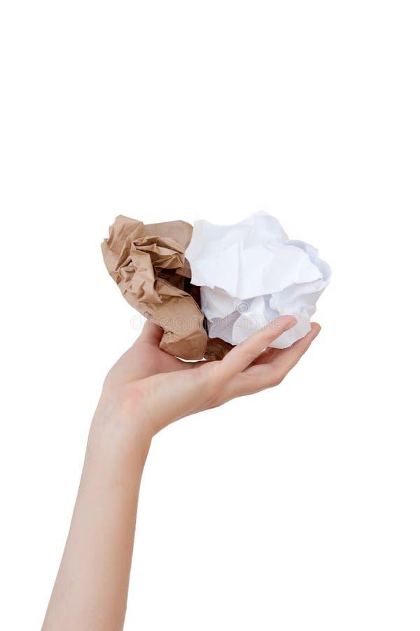 Mani che giudicano carta sgualcita isolata su fondo bianco Riciclaggio, riutilizzazione, tritarifiuti, ambiente delle risorse ed  immagine stock