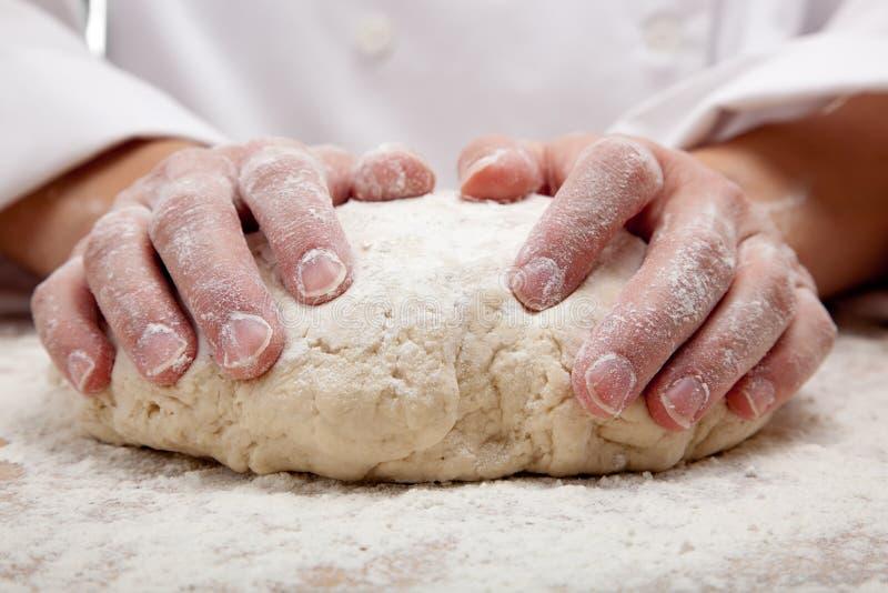 Mani che impastano la pasta di pane fotografia stock libera da diritti