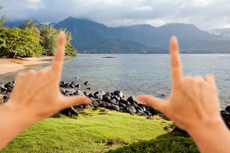 Mani che incorniciano la bella baia di Hanalei fotografia stock