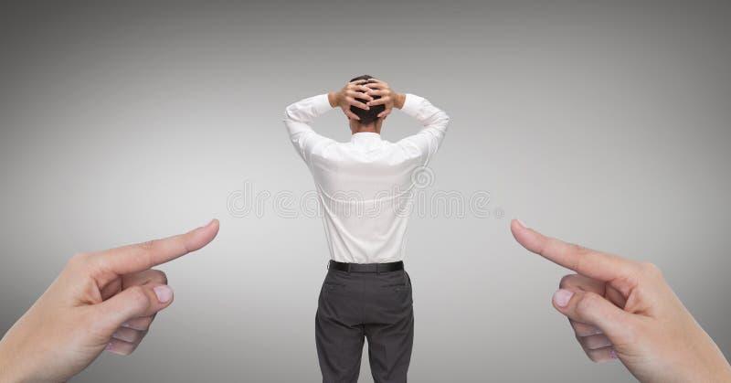 Mani che indicano all'uomo sorpreso di affari contro il fondo grigio fotografia stock libera da diritti