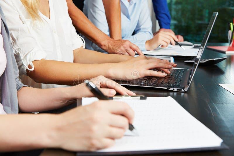 Mani che lavorano alla compressa ed al computer portatile fotografie stock libere da diritti