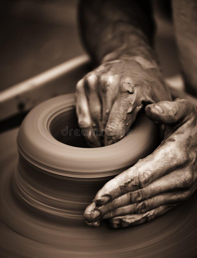 Mani che lavorano alla rotella delle terraglie fotografia stock libera da diritti