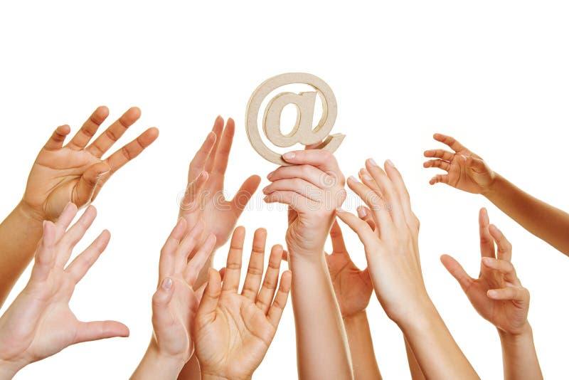 Mani che raggiungono per al segno come simbolo di Internet fotografie stock libere da diritti