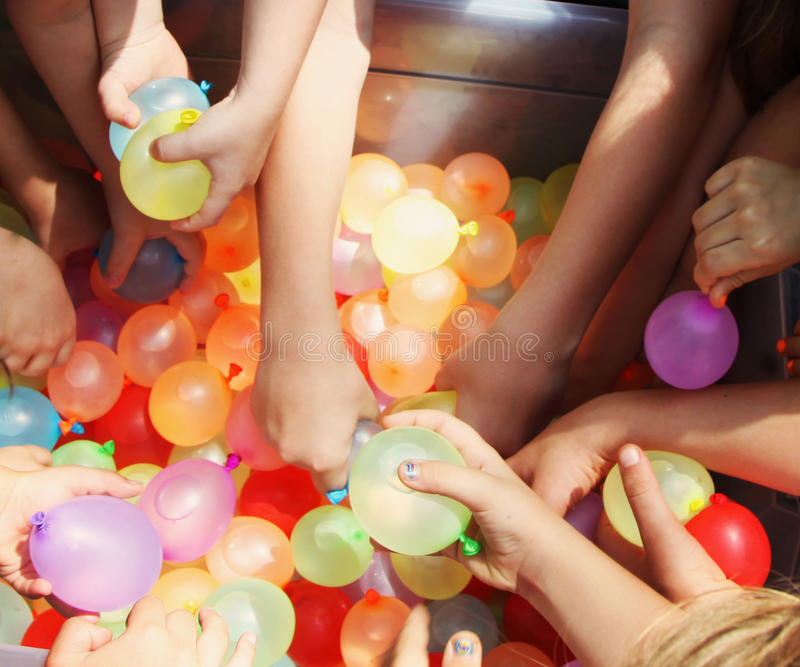 Mani che raggiungono per i palloni di acqua 2 fotografia stock libera da diritti