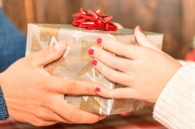 Mani che receaving un presente per il Natale immagine stock