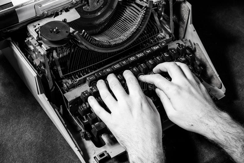Mani che scrivono sulla vecchia macchina da scrivere fotografie stock libere da diritti