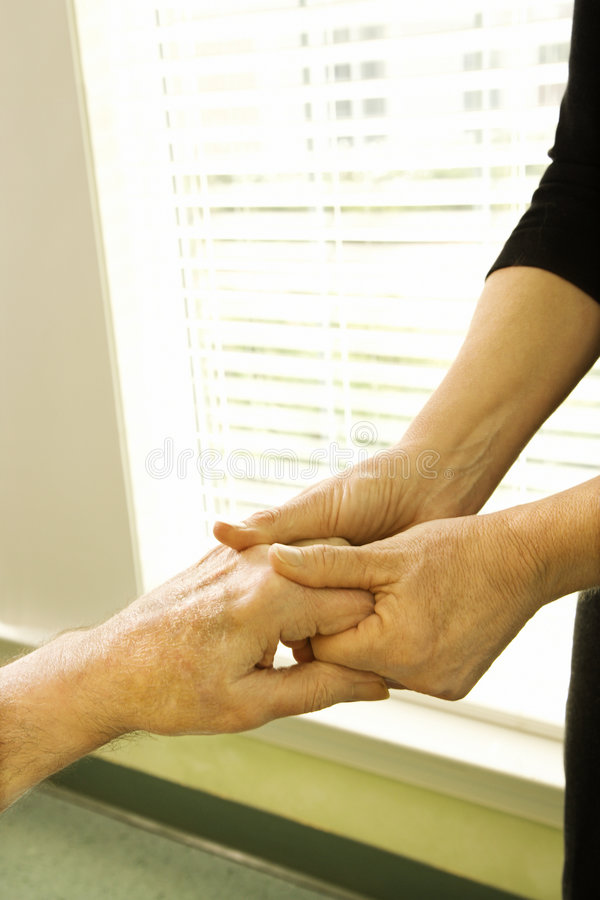 Mani che sono massaggiate. fotografie stock