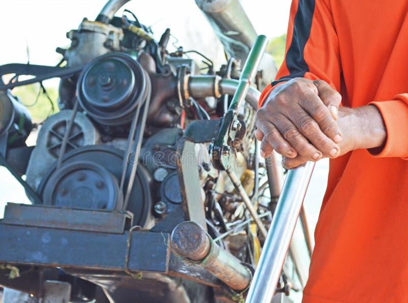 Mani che stanno tenendo le redini della barca fotografia stock