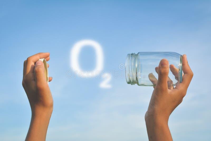 Mani che tengono barattolo di vetro per la conservazione dell'aria fresca fotografie stock