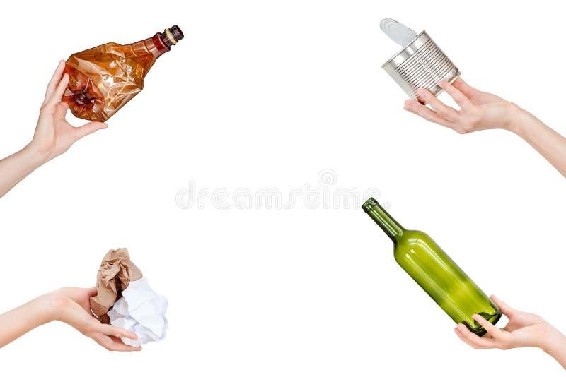 Mani che tengono carta sgualcita, vetro vuoto e le bottiglie della plastica, barattolo di latta isolato su fondo bianco Copyspace immagine stock