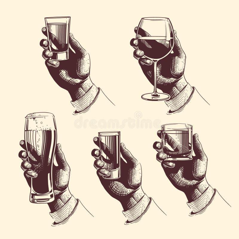 Mani che tengono i vetri con la birra delle bevande, tequila, vodka, rum, whiskey, vino Illustrazione incisa vettore illustrazione di stock