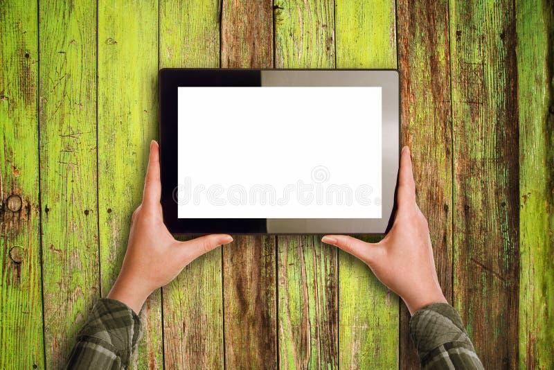Mani che tengono il computer digitale della compressa immagine stock libera da diritti