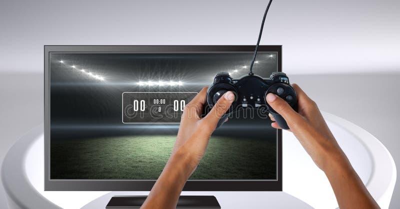 Mani che tengono il regolatore di gioco con il punteggio dello stadio dell'arena di sport sulla televisione immagine stock libera da diritti