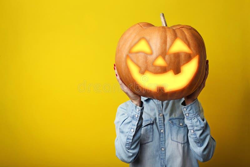 Mani che tengono la zucca di Halloween fotografia stock libera da diritti
