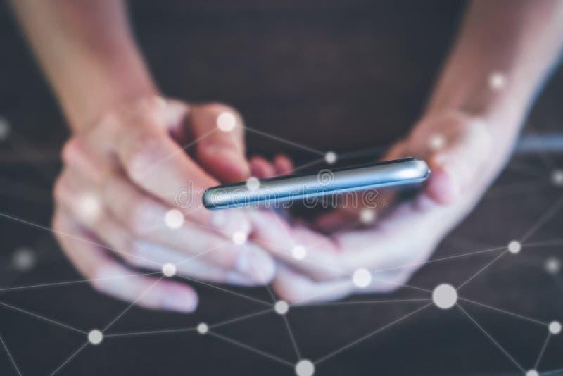 Mani che tengono macro del telefono cellulare - ragazza con il primo piano dello smartphone, fotografie stock