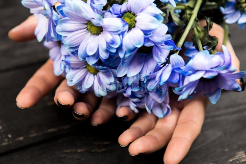 Mani che tengono mazzo di fiori fotografia stock libera da diritti
