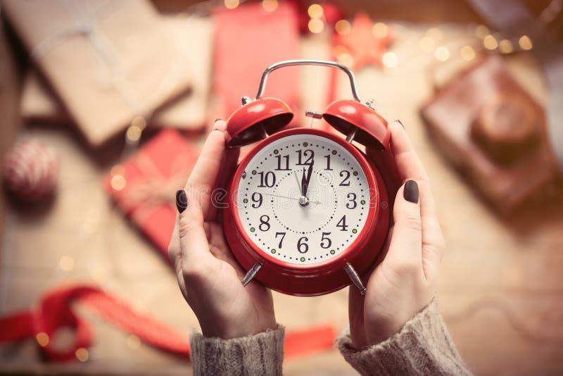 Mani che tengono orologio fotografie stock