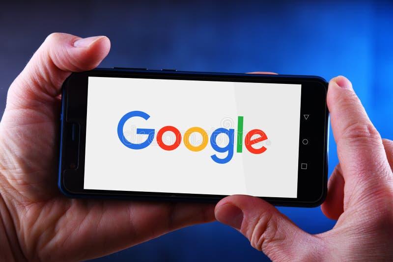 Mani che tengono smartphone che visualizza logo di Google immagini stock