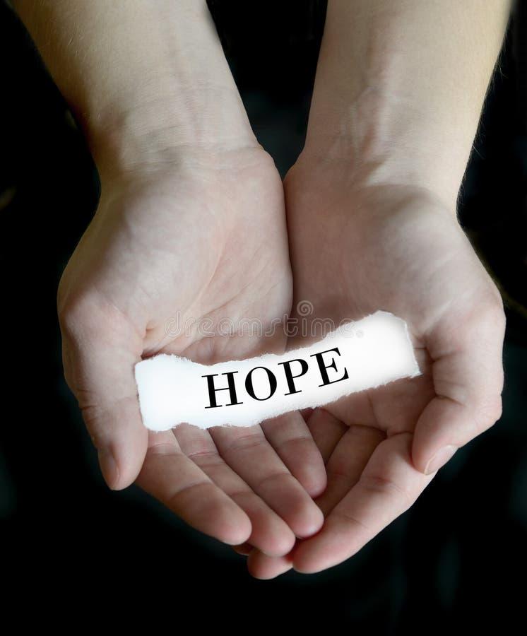Mani che tengono speranza di carta del messaggio fotografia stock