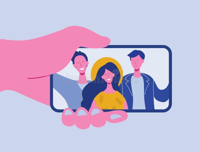 Mani che tengono telefono cellulare con i ragazzi felici e le ragazze che visualizzano sullo schermo Amici che posano per il self royalty illustrazione gratis