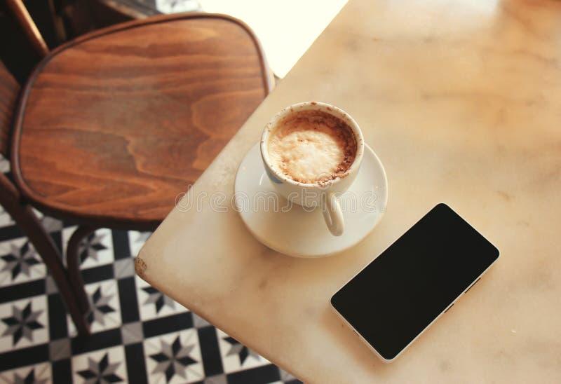 Mani che tengono telefono per il messaggio mandante un sms fotografie stock