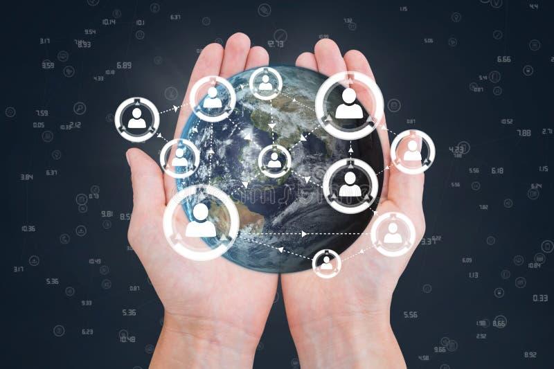 Mani che tengono un globo con i connettori immagine stock libera da diritti