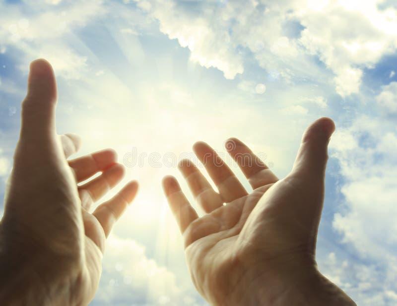 Mani in cielo fotografie stock