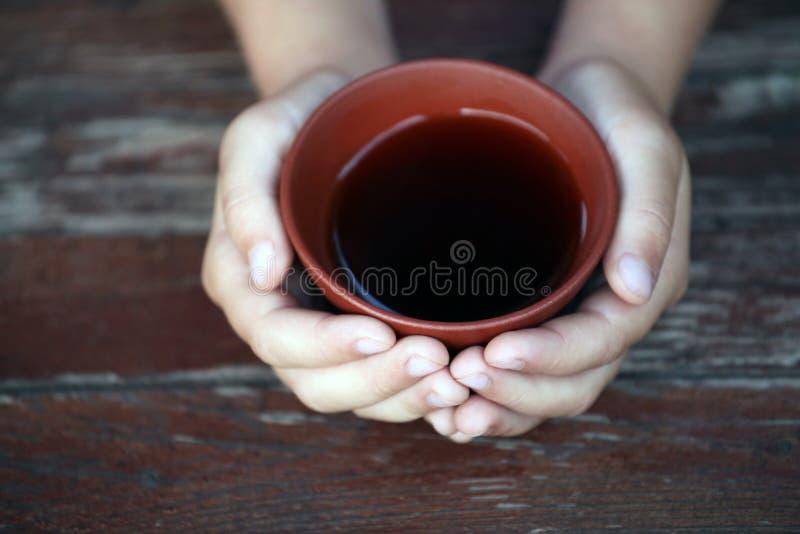 Mani cinesi nere della tazza di tè fotografia stock libera da diritti