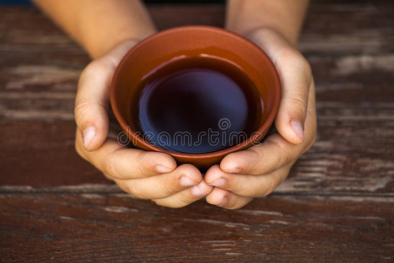 Mani cinesi nere della tazza di tè fotografia stock