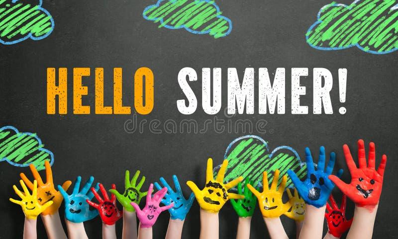 Mani colorate dei bambini con il ` di estate del ` del messaggio ciao immagini stock libere da diritti