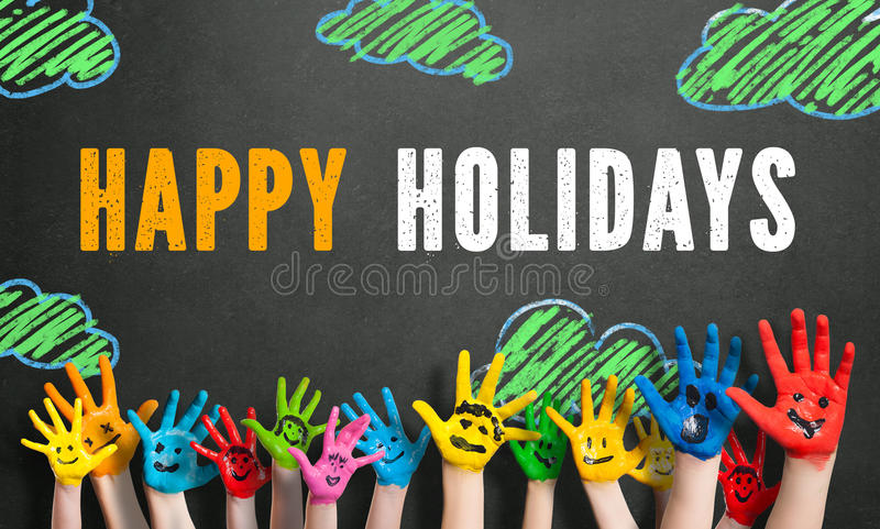Mani colorate dei bambini con il ` felice di feste del ` del messaggio immagini stock