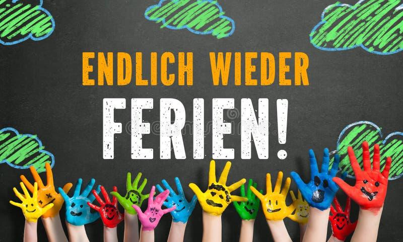 Mani colorate dei bambini con il messaggio & il x22; infine holidays& x22; immagini stock