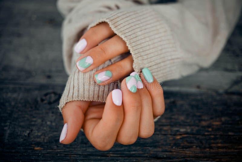 Mani con il bello manicure delicato immagine stock libera da diritti
