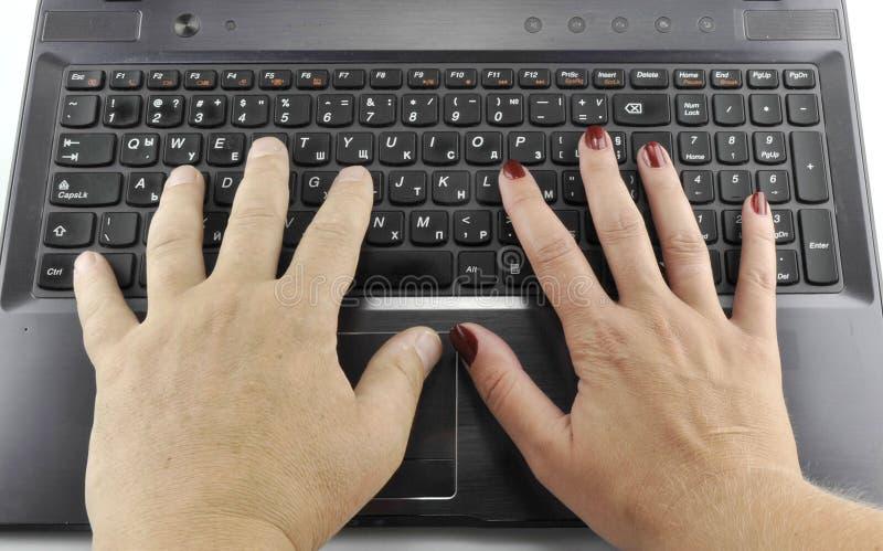 Mani con il computer portatile, fine sull'11 settembre 2016 immagine stock