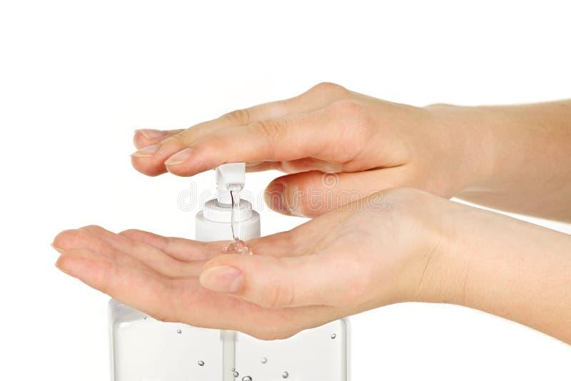 Mani con il gel del prodotto disinfettante fotografia stock