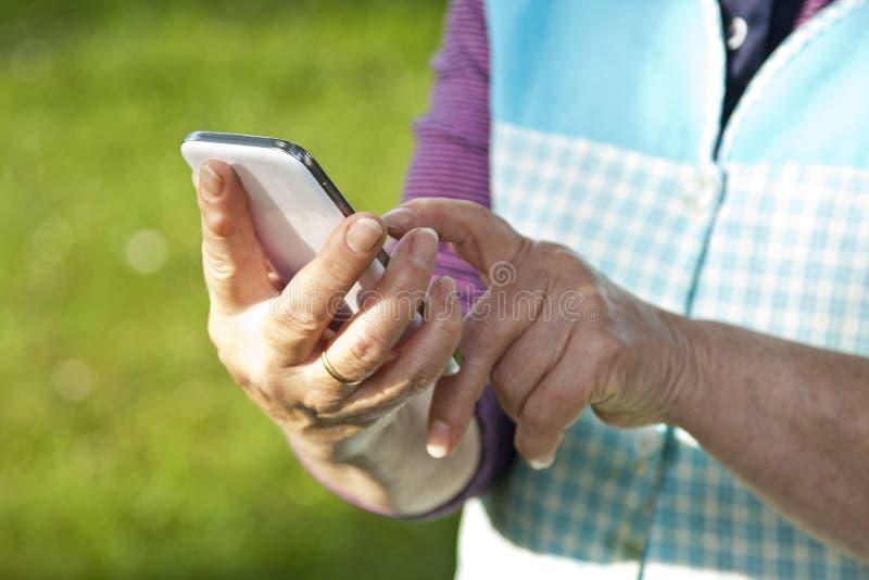 Mani con il mobile fotografia stock
