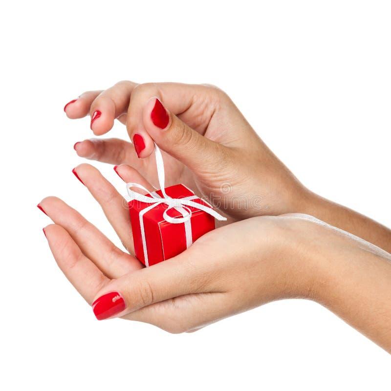 Mani con il regalo fotografie stock libere da diritti