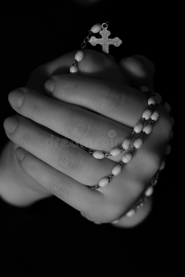 Mani con il rosario fotografia stock libera da diritti