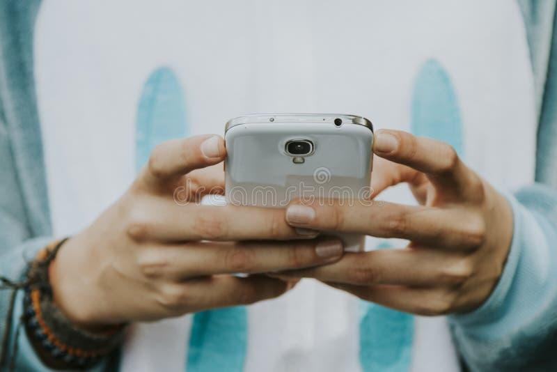 Mani con il telefono mobile immagini stock libere da diritti