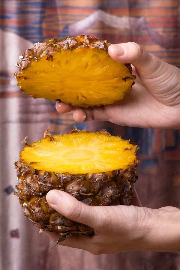 Mani con l'ananas affettato fotografie stock