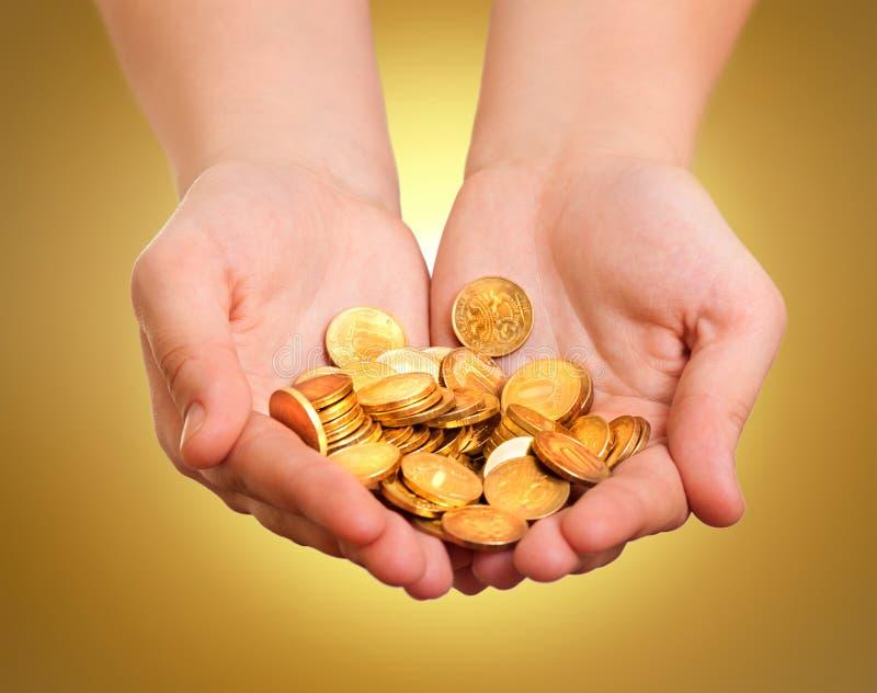 Mani con le monete di oro fotografia stock libera da diritti