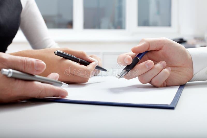 Mani con le penne fotografia stock libera da diritti
