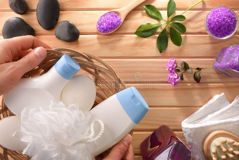 Mani con prodotti per l'igiene del bagno e altri prodotti per il massaggio fotografia stock