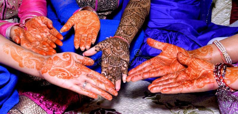 Mani con progettazione di Heena fotografie stock libere da diritti