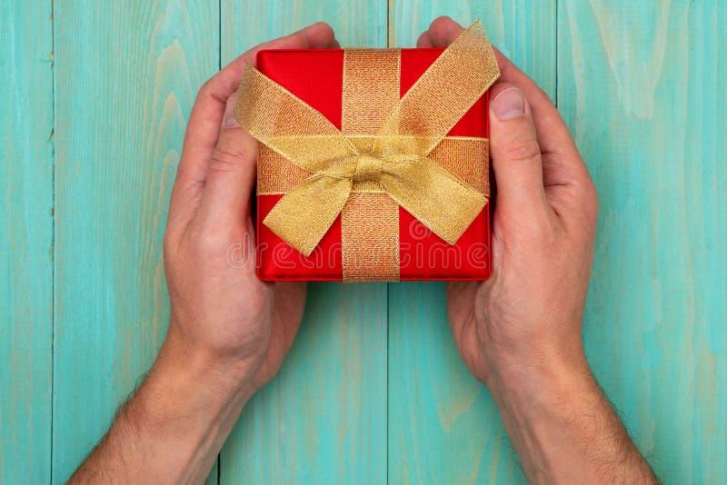 Mani con un regalo immagini stock libere da diritti