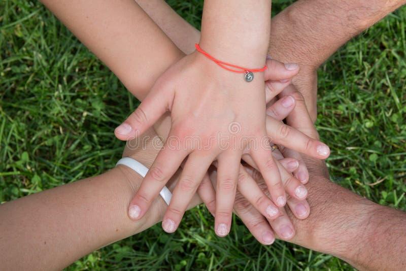 Mani Concetto di amore, amicizia, felicità in famiglia immagine stock libera da diritti