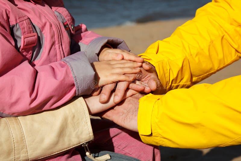 Mani connesse della famiglia come segno di sostegno fotografia stock libera da diritti
