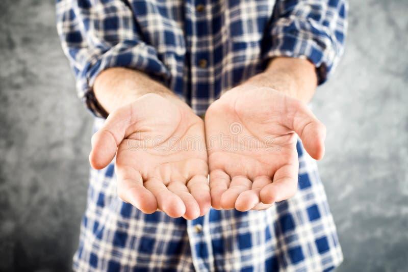 Mani a coppa maschii immagine stock