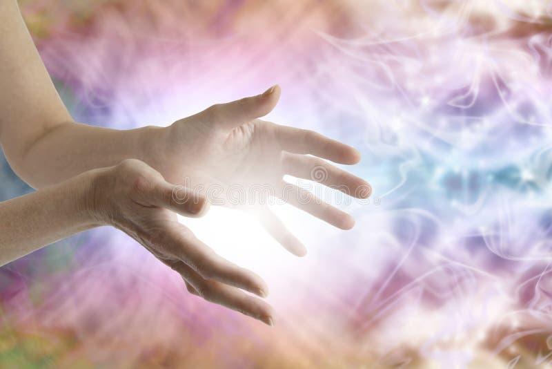 Mani curative che inviano guarigione distante immagine stock
